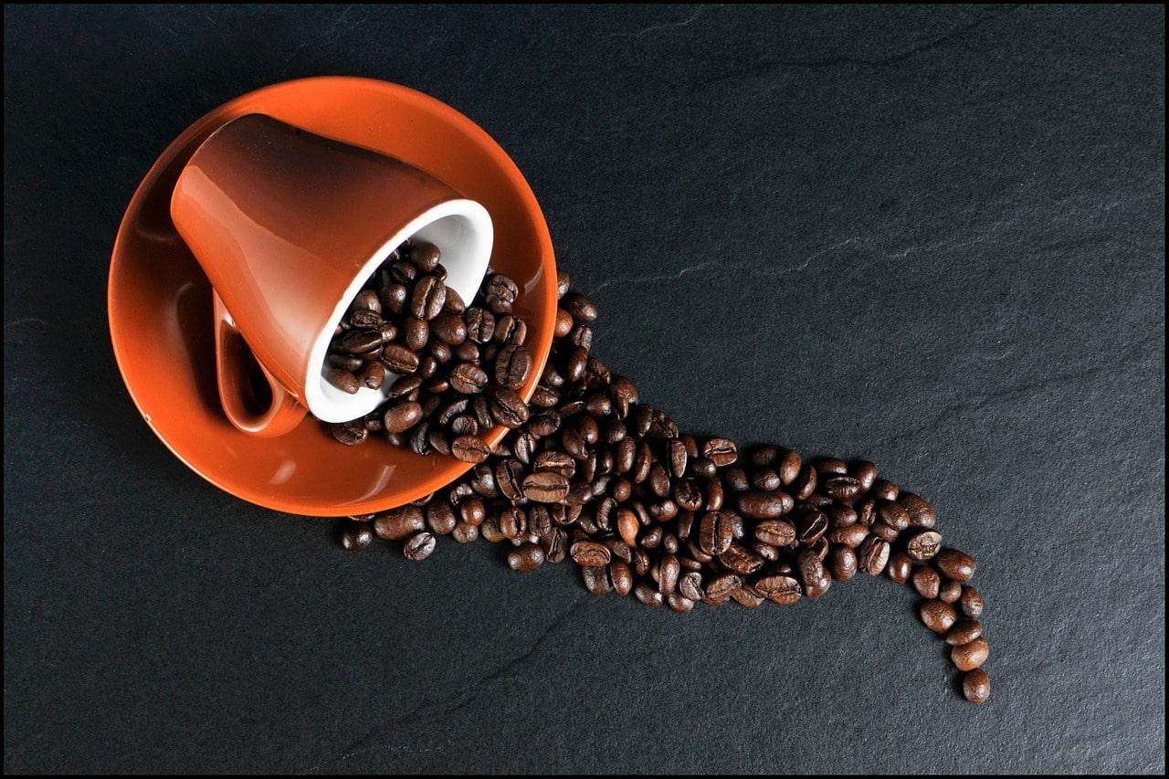 Caffé en grains dans tasse