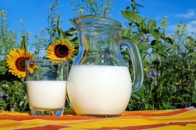 deux grands verres de lait
