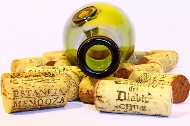 bouteille de vin avec bouchons