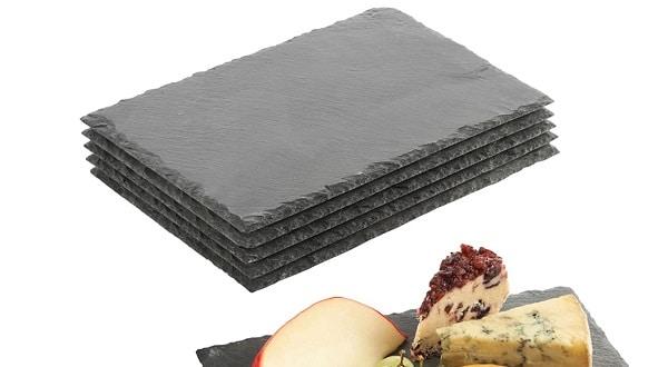 assiettes en ardoise rectangulaires empilées
