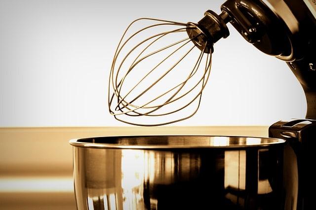 robot de cuisine en inox avec un fouet
