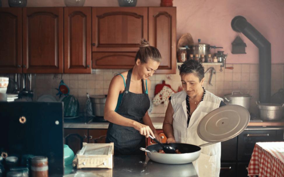 femme et sa mere préparant un plat