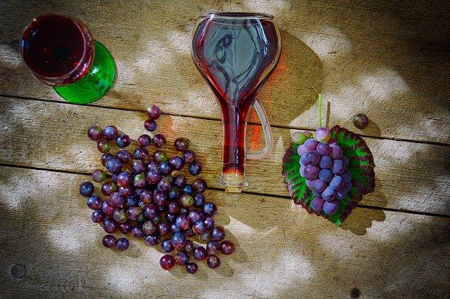 carafe à vin avec du raisin