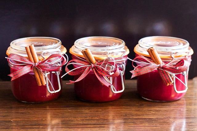 des bocaux de confiture rouge