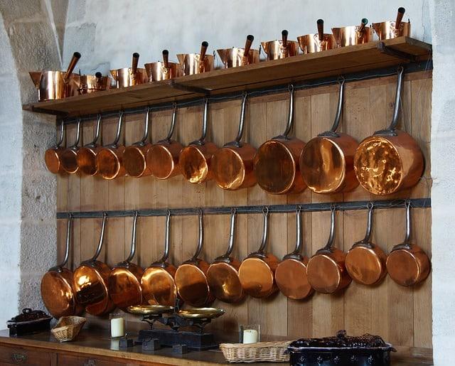 présentoir de casseroles en cuivre
