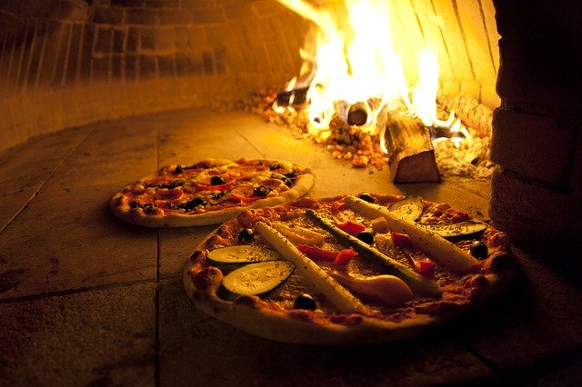 une pizza cuite au four