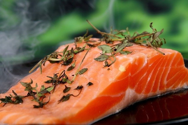 un saumon fumé et assaisonné