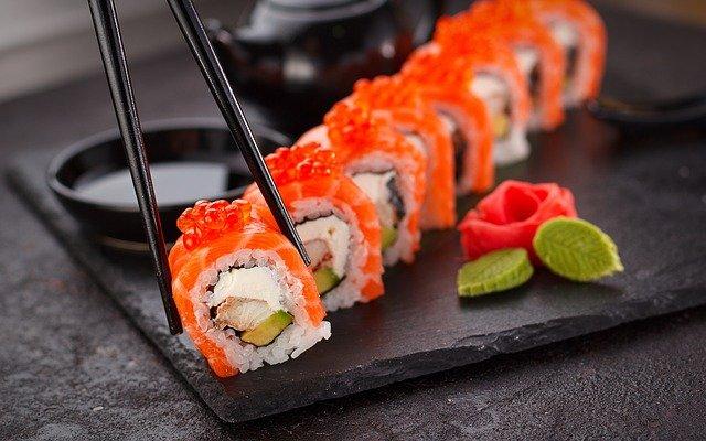 des sushis servis avec des baguettes