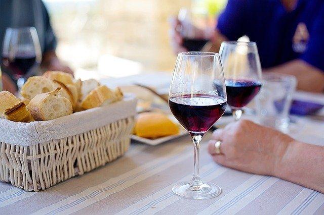 vin rouge dégusté entre amis