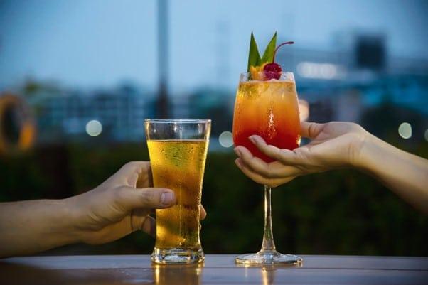 cocktail et verre de biere