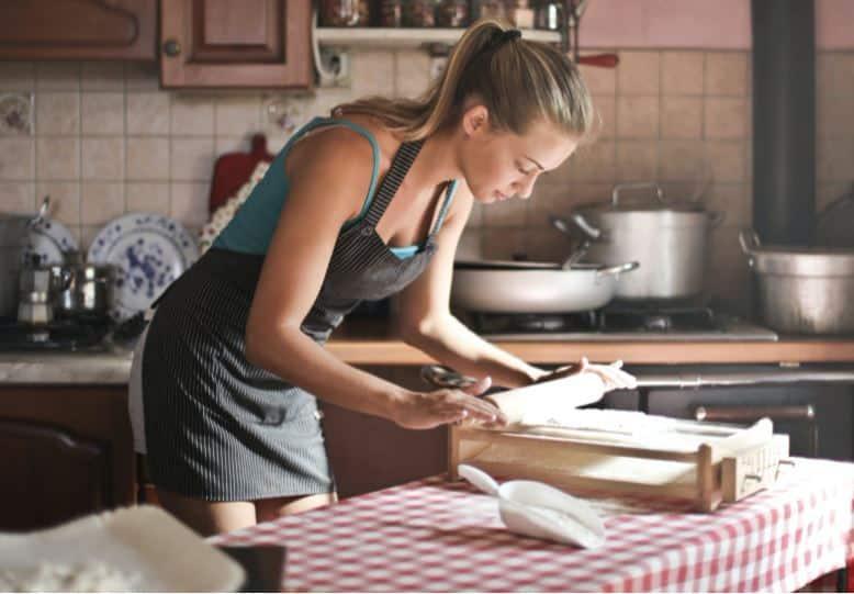 femme avec un tablier de cuisine